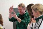 Herr Loose dirigiert die Lehrermannschaft. (Foto: C. Scholz/SMMP)