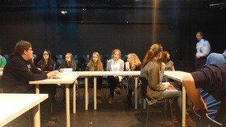 """Die Zuschauer sitzen im """"Klassenzimmer"""". Ein Polizist tritt als Autorität auf. (Foto: R. Borries/SMMP)"""