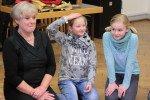 """Frau Sauer mit zwei """"Creativity-Girls"""" (Foto: C. Scholz/SMMP)"""