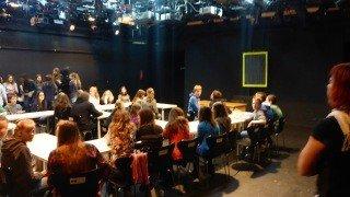 """Das """"Klassenzimmer"""" im Studio. Die Schüler sind neugierig. (Foto: R. Borries/SMMP)"""