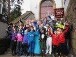 Gruppenfoto an der Klosterpforte (vor dem Kamelle-Regen!) (Foto: S. Schmidt/SMMP)