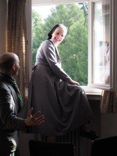 Schwester Maria Thoma blickt aus dem 5. Stock auf die Menschenmenge. (Foto: C. Scholz/SMMP)