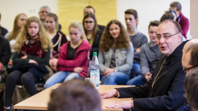 Warum kann es Firmvorbereitung nicht auch an der Schule geben? Weihbischof Dominicus Meier stellt sich den Fragen der Schüler. Foto: SMMP/Bock