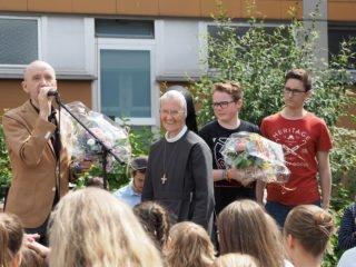 Dr. Maler führt die Schar der Gratulanten an. (Foto: C. Scholz/SMMP)