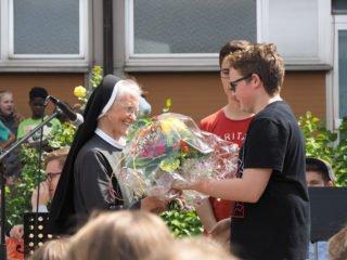 Die SV gratuliert Schwester Raphaela mit einem Blumenstrauß. (Foto: C. Scholz/SMMP)