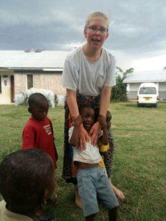 """Josi mit """"ihren"""" Kindern. (Foto: privat)"""