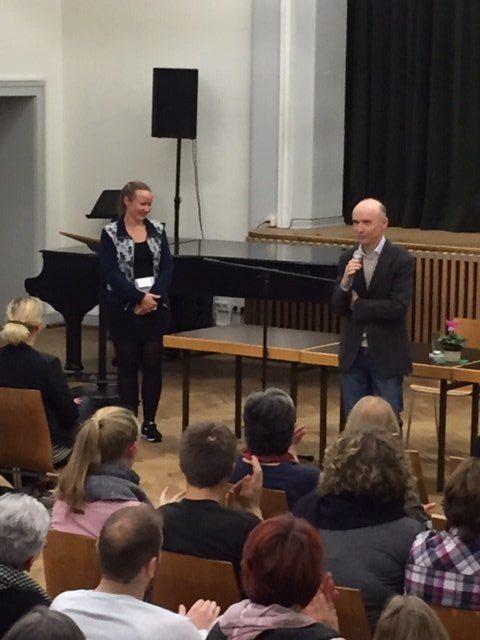 Schulleiter Dr. Maler begrüßt Juna Grossmann. (Foto: Lügger/SMMP)