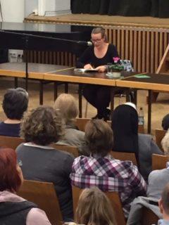 Juna Grossmann liest aus ihrem Buch. (Foto:Lügger/SMMP)