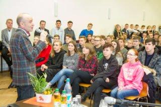 """Schulleiter Dr. Eduard Maler freut sich, dass die Initiative, den Landtagspräsidenten einzuladen, aus der Schülerschaft kam: """"Das zeugt vom Interesse an Politik."""" Foto: SMMP/Ulrich Bock"""