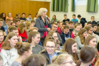 Doro Dietsch vom Sachbereich Kinder, Jugend und Parlament im Landtag stellt den Arbeitsalltag des Landtagspräsidenten vor. Foto: SMMP/Ulrich Bock