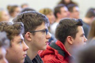 Interessiert verfolgen die Schülerinnen und Schüler die Ausführungen des Landtagspräsidenten. Foto: SMMP/Ulrich Bock