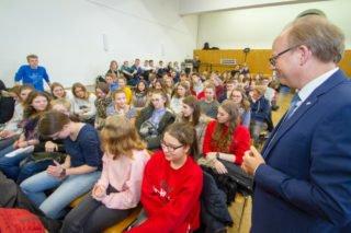 Die Schüler stellten vielseitige Fragen: Ob ein Politiker immer moralisch handeln kann oder wieviel Zeit für das Privatleben bleibt. Foto: SMMP/Ulrich Bock