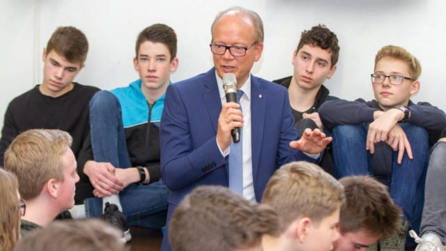 André Kuper mischte sich bei der Beantwortung der vielen Fragen immer wieder unter die Schüler. Foto: SMMP/Ulrich Bock