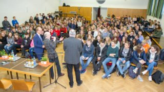 Rund 300 Schüler aus den verschiedenen Politik- und Sowi-Kursen nahmen an dem Gespräch in der Aula des Walburgisgymnasiums teil.
