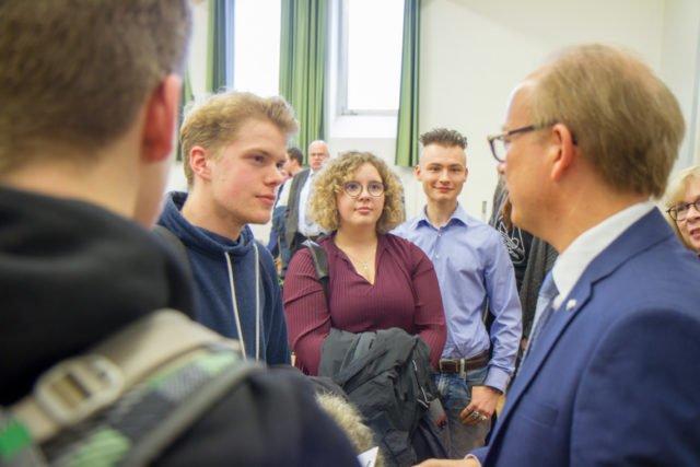 Nach der Veranstaltung blieb André Kuper noch mit den Schülern im gespräch. Auch mit Johannes Gaßmann (2.v.r.), der ihn eingeladen hatte. Foto: SMMP/Ulrich Bock