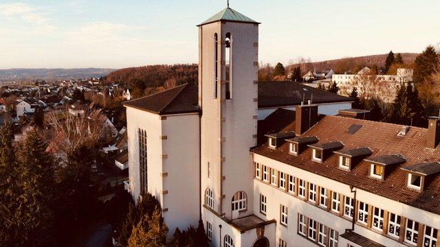 Blick von oben auf die Walburgisschulen (Foto: Clases/SMMP)