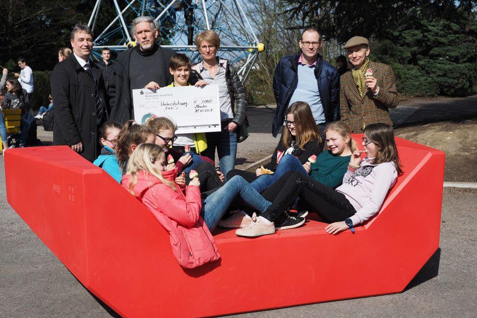 Vertreter des Fördervereins und die Schulleitung freuen sich gemeinsam mit den Schülerinnen. (Foto: C. Scholz/SMMP)