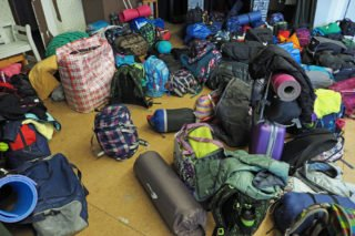 Jede Menge Gepäck für die Übernachtung in der Turnhalle. (Foto: C. Scholz/SMMP)