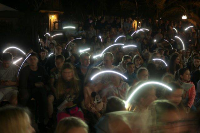 Stimmung in der Arena des Feriendorfes Fabolous Village vor Rom. Hier kommt de gesamte Schulgemeinschaft jeden Abend zusammen. (Foto: SMMP/Ulrich Bock)
