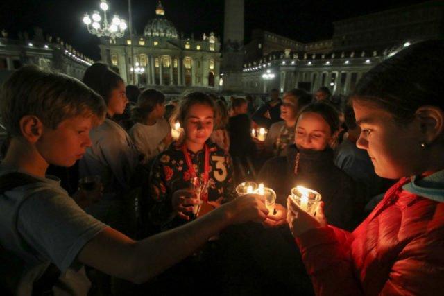 1000 Kerzen der Walburgisschüler erhellen den Petersplatz am Dienstagabend. (Foto: SMMP/Ulrich Bock)