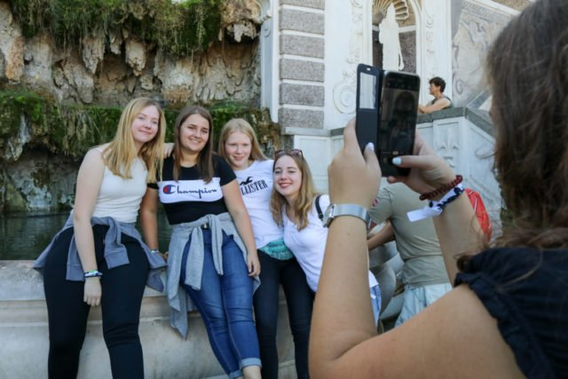 Natürlich werden viele Erinnerungsfotos gemacht - wie hier im Forum Romanum. (Foto: SMMP/Ulrich Bock)