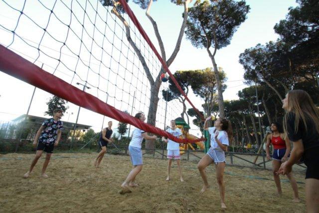 Sportlicher Ausgleich zu dem kulturellen Input beim Volleyball im Feriendorf. (Foto: SMMP/Ulrich Bock)