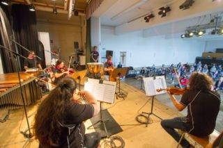 Jeweils eine Unterrichtsstunde lang spielt das Orchester für die Fünftklässler auf. Foto: SMMP/Ulrich Bock