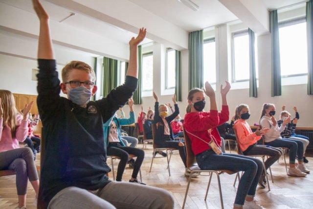 Die Schülerinnen und Schüler klatschen begeistert mit. Foto: SMMP/Ulrich Bock