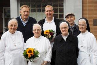 Auch der Kontakt zu den Ordensschwestern war dem Schulleiter immer wichtig: 2019 wurden Sr. Burkhardis Buning (3.v.l.) und Sr. Maria Raphaela Plümper (r.) für ihre Ordensjubiläen geehrt. Foto: SMMP/Christoph Scholz