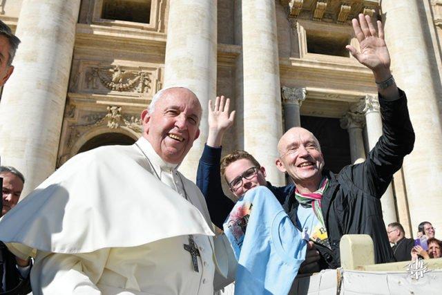 Ein ganz besonderer Augenblick: Dr. Eduard Maler und Schülersprecher Simon Kettelmann begegnen Papst Franzikus im Rahmen im Schulfahrt nach Rom im Oktober 2019. Foto: SMMP/Ulrich BOck