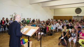 Dr. Eduard Maler in der Schulaula bei der Eröffnung des Realschulzweiges 2013. Foto: SMMP/Bock