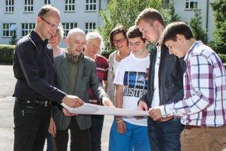 Dr. Eduard Maler mit Schülern, Mitarbeitern und dem Begleiter der Architektenkammer NRW bei den Planungen zur Neugestaltung des Schulhofes. Foto: SMMP/Bock